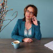 Anette de Jong van wantdatklopt.nl aan de telefoon