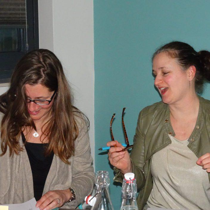 twee vrouwen hebben plezier tijdens een hartcoherentie training bij wantdatklopt.nl