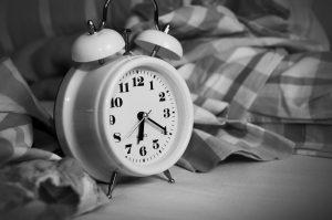 wekker naast bed
