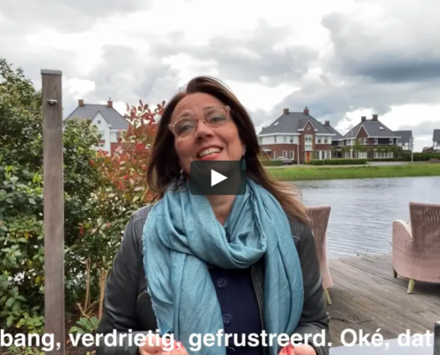 Anette de Jong in de tuin, vertelt over emoties
