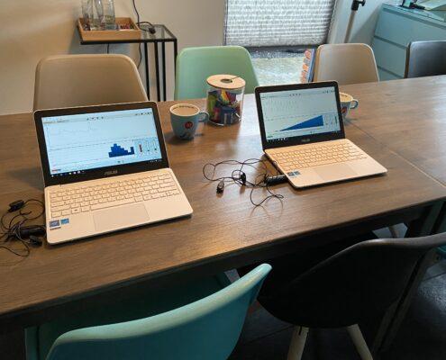 twee laptops met hartritmes